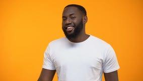 Flirty Афро-американский знак ОК показа человека и подмигивать, обзор клиента, обслуживание акции видеоматериалы