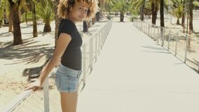Flirty молодая чернокожая женщина на улице сток-видео