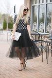 Flirty blond modell Arkivbild