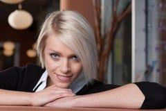 Flirty blondin Arkivfoton