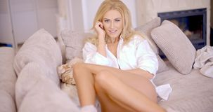 Flirty kobieta Opiera na Żywej Izbowej kanapie Obrazy Stock