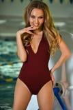 Flirty modell för ung kvinna i den eleganta baddräkten som inomhus poserar Royaltyfri Foto