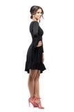 Flirty sensuele Latijnse schoonheid in het zwarte kleding stellen met hand op heup Zachte nadruk Royalty-vrije Stock Foto's