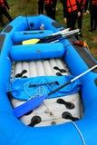 Flisactwo dowcipu nadmuchiwani błękitni łódkowaci flisacy na stronie zdjęcia royalty free