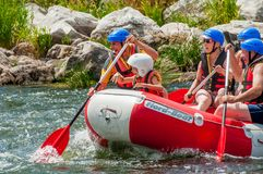 Flisactwo i kayaking Ekstremum, emocjonalna korporacyjna spoczynkowa Ekologiczna turystyka Praca zespołowa Dzieci zabawę w łodzi zdjęcie stock