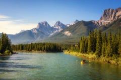 Flisactwo na łęk rzece blisko Canmore w Kanada Zdjęcie Stock