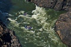 Flisactwo na Zambezi rzece Wiktoria Spadek, Zimbabwe Nadmuchiwane łodzie w gwałtownych fotografia stock