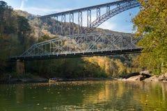 Flisacy przy Nowej rzeki wąwozu mostem w Zachodnia Virginia obrazy royalty free