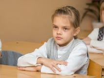 Flitig student i klassrum som lyssnar till en lärare på skolan Royaltyfria Bilder
