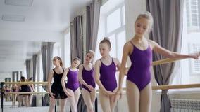 Flitiga balettstudenter är praktiserande armförehavanden under grupp i studio Hjälper den yrkesmässiga ballerina för läraren stock video