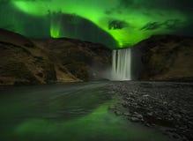 Flits van Dageraadpolaris boven waterval Stock Foto