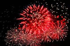 Flitsen van rood vuurwerk en het verspreiden zich van witte vonken royalty-vrije stock fotografie