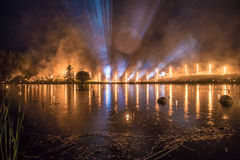 Flitslichten op een horizon met een bosbrand Stock Foto