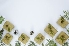 Flitter in einem blauen Glas Das Feld, das von den Weihnachtsgeschenken gemacht wird, Kiefer verzweigt sich auf weißen Hintergrun Stockbilder