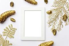 Flitter in einem blauen Glas Feld gemacht von der goldenen Weihnachtsdekoration Ebenenlage, Draufsicht lizenzfreie stockfotos