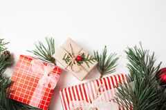 Flitter in einem blauen Glas Geschenk, Weihnachtsdekoration, Zypresse verzweigt sich, Kiefernkegel auf weißem Hintergrund stockbilder