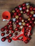 Flitter in einem blauen Glas Rot lackierte Schuhe mit Fersen, Kranz von Weihnachtsbällen, pourover für Filterkaffee, Draufsicht Lizenzfreies Stockfoto