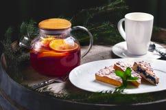 Flitter in einem blauen Glas Traditioneller Weihnachtsnachtisch Selbst gemachter Kuchen mit Früchten und Tannenbrunchs Neues Jahr lizenzfreie stockbilder