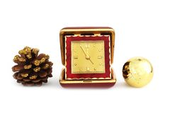 Flitter in einem blauen Glas Weihnachtsglocke mit alter reisender Uhr und einem Weihnachtsspielzeug Alte rote reisende Uhr, lokal stockfotografie