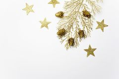 Flitter in einem blauen Glas Weihnachtsgoldene Dekorationen auf hellem Hintergrund Draufsicht, flache Lage stockbilder