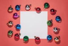 Flitter in einem blauen Glas Weihnachtsspielwaren an stockbild