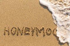 Flitterwochen - gezeichnet von der Hand auf dem Strandsand Lizenzfreie Stockfotos
