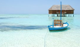 Flitterwochenlandhaus in Maldives und im typischen Boot Lizenzfreies Stockfoto