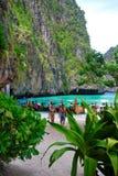 Flitterwochenpaare auf dem Strand Lizenzfreie Stockfotos