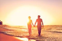 Flitterwochenpaare auf Strand in liebevollem Verhältnis stockbild