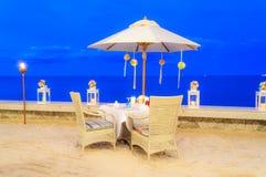 Flitterwochentabellen-Einrichtungsabendessen auf dem Strand Stockbilder
