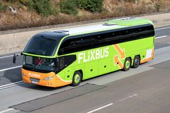 Flixbus interlokale bus op autosnelweg stock foto