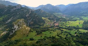 Fliying που αντιμετωπίζει τα βουνά με μια κοιλάδα στο δικαίωμα στο βόρειο τμήμα της Ισπανίας φιλμ μικρού μήκους