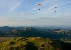 Fliying sobre los volcanes en Auvergne Fotografía de archivo