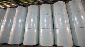 Flizelin in het pakhuis van de fabriek, Broodjes van niet-geweven document is op een rij in het pakhuis Broodjes van niet-maritie stock videobeelden