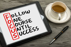 Följ en kurs till framgång som är handskriven på minnestavlaPC Royaltyfria Bilder