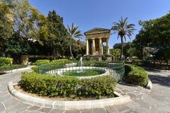 Fäll ned Barrakka trädgårdar i Malta Arkivfoton