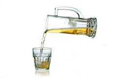 Füllendes Glas des Bechers mit Bier Stockbild