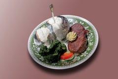Flletlapje vlees met kruidboter, spinazie en aardappels met zure crea Stock Afbeeldingen