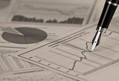 Füllfederhalter auf Aktienkurve. Lizenzfreie Stockbilder