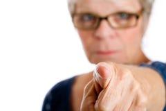 Fällige Frau, die einen Finger zeigt Stockfoto