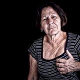 Fällige Frau, die unter Schmerz in der Brust leidet Stockbild