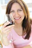Fällige Frau mit einem Glas Rotwein Lizenzfreies Stockfoto