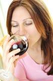 Fällige Frau mit einem Glas Rotwein Stockfotografie