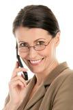 Fällige Frau mit Handy Stockbild