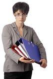 Fällige Geschäftsfrau, die über ihren Gläsern schaut Stockbild