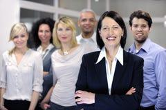 Fällige Geschäftsfrau und Geschäftsteam Lizenzfreie Stockfotos