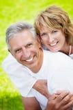 Fällige lächelnde und umfassende Paare Stockfotos