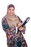 Fällige moslemische Frau mit Faltblatt Stockbilder