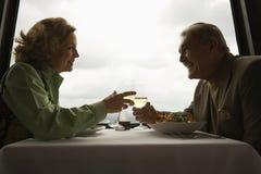 Fällige Paare am Abendessen. Stockbilder