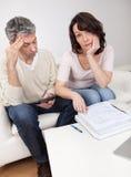 Fällige Paare in der Finanzmühe Lizenzfreie Stockfotografie